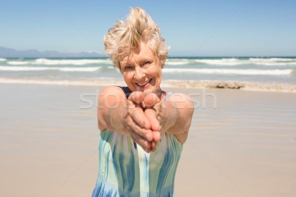 Portret gelukkig senior vrouw permanente heldere hemel Stockfoto © wavebreak_media