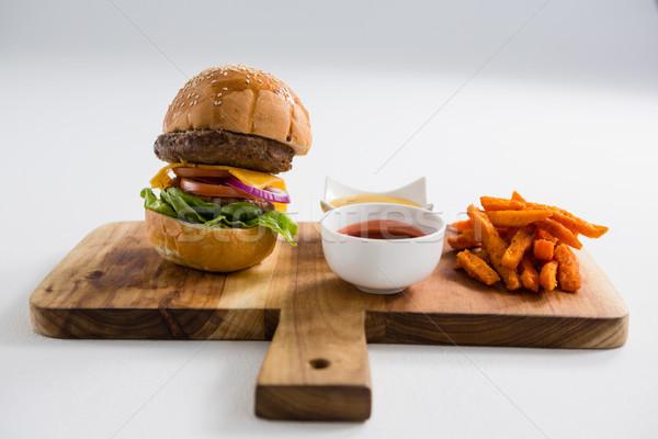 Frytki burger deska do krojenia tabeli biały uśmiechnięty Zdjęcia stock © wavebreak_media