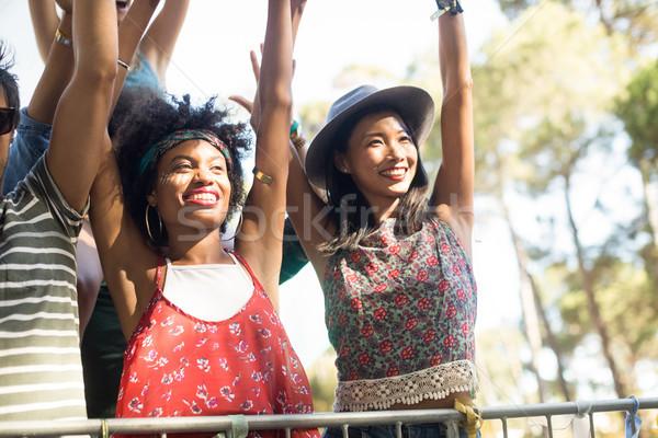 Boldog nők élvezi zenei fesztivál karok a magasban zene Stock fotó © wavebreak_media