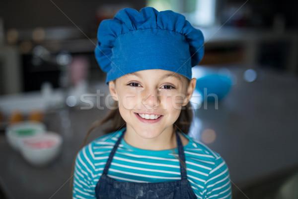 Sonriendo nina delantal CAP cocina Foto stock © wavebreak_media