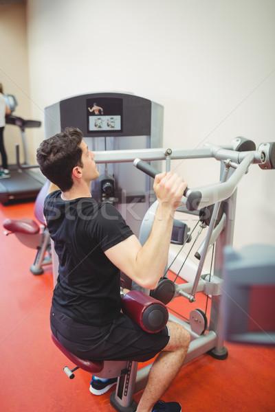 Stockfoto: Geschikt · man · gewichten · machine · armen · gymnasium