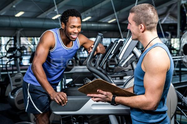 Muscular om performanţă antrenor sală de gimnastică Imagine de stoc © wavebreak_media