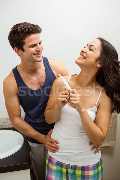 Foto stock: Feliz · casal · teste · de · gravidez · banheiro · homem · casa