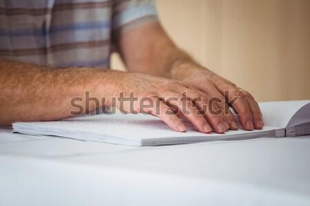 Senior man lezen bejaardentehuis ouderen vergadering Stockfoto © wavebreak_media