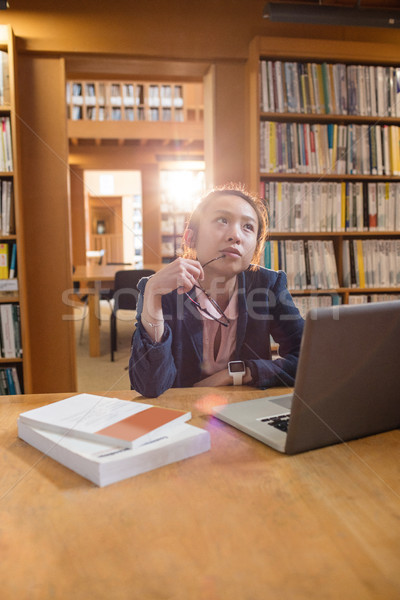 Figyelmes fiatal nő laptopot használ könyvtár főiskola számítógép Stock fotó © wavebreak_media
