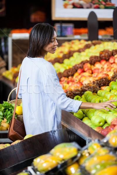 Gülümseyen kadın satın alma meyve organik bölüm süpermarket Stok fotoğraf © wavebreak_media