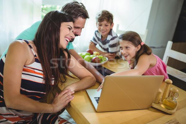 Stok fotoğraf: Aile · dizüstü · bilgisayar · kullanıyorsanız · tablo · ev · kadın · kız