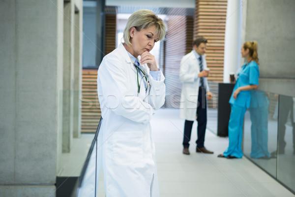 Femminile medico piedi corridoio ospedale Foto d'archivio © wavebreak_media