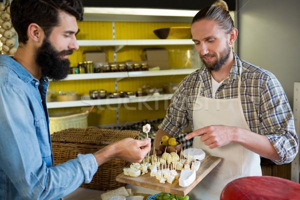 Pessoal amostra queijo cliente contrariar Foto stock © wavebreak_media