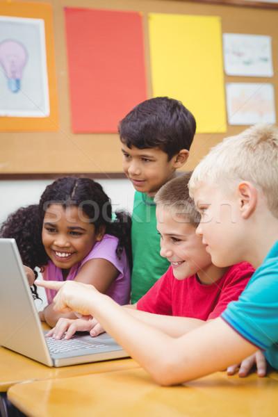 Iskolás laptopot használ osztály boldog gyermek technológia Stock fotó © wavebreak_media
