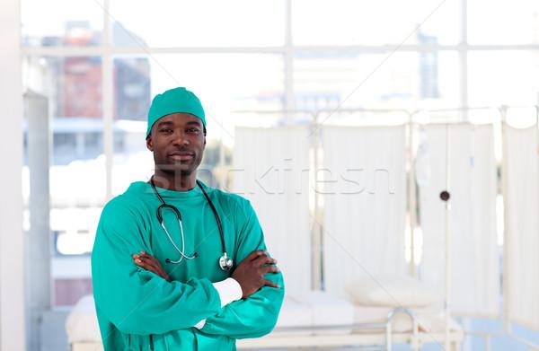 Komoly sebész összehajtva karok kórház mosoly Stock fotó © wavebreak_media