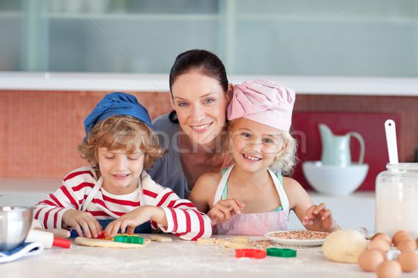 Familia cocina sonriendo cámara mano casa Foto stock © wavebreak_media