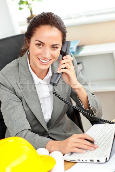 Vrouwelijke architect praten telefoon met behulp van laptop kantoor Stockfoto © wavebreak_media
