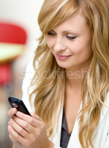 üzletasszony küldés szöveges üzenet mobiltelefon irodai munka üzlet Stock fotó © wavebreak_media