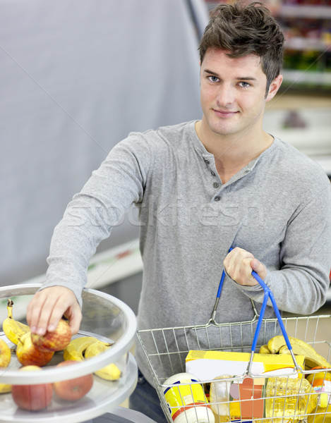 Saludable hombre compra frutas comestibles tienda Foto stock © wavebreak_media