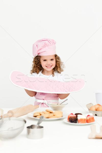 Meisje presenteren cookies eigengemaakt permanente keuken Stockfoto © wavebreak_media