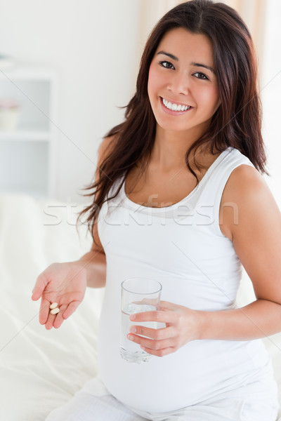 Atractivo mujer embarazada vidrio agua pastillas Foto stock © wavebreak_media