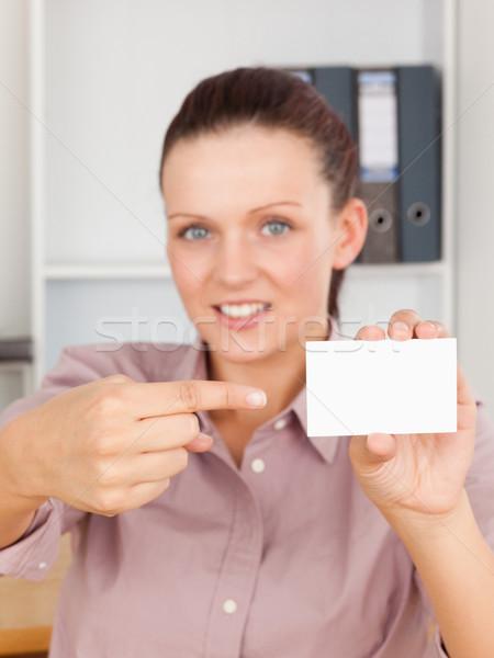 Mujer de negocios senalando tarjeta oficina negocios papel Foto stock © wavebreak_media