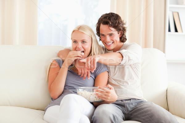 Paar kijken tv eten popcorn woonkamer Stockfoto © wavebreak_media