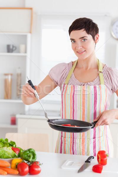 Káprázatos nő serpenyő konyha étel mosoly Stock fotó © wavebreak_media