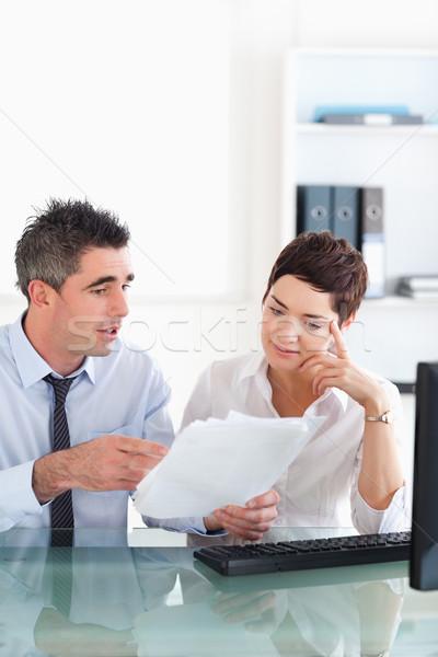 менеджера указывая что-то секретарь план документа Сток-фото © wavebreak_media