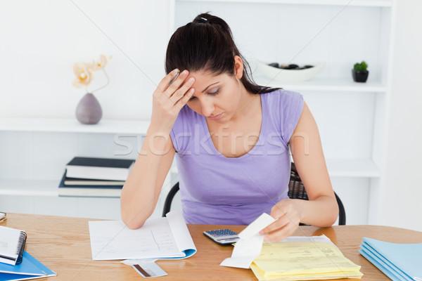 Młoda kobieta rachunkowości kobieta papieru pracy Zdjęcia stock © wavebreak_media