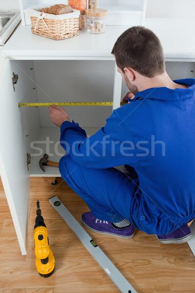 Retrato reparar homem algo cozinha Foto stock © wavebreak_media