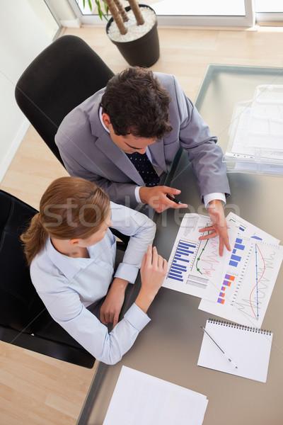 Fölött kilátás fiatal üzletemberek beszél statisztika Stock fotó © wavebreak_media