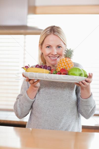 Sorrindo prato frutas comida maçã Foto stock © wavebreak_media