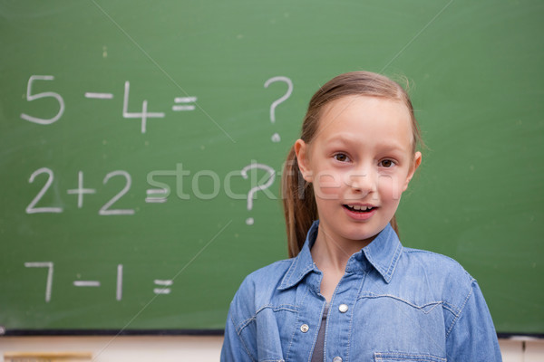 Glimlachend schoolmeisje poseren Blackboard school student Stockfoto © wavebreak_media