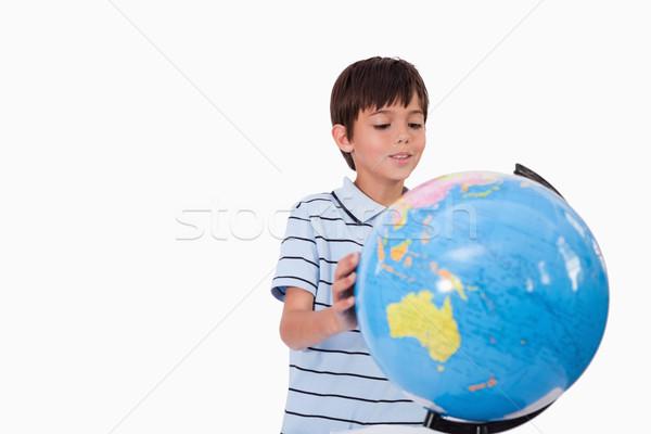 ストックフォト: 笑みを浮かべて · 少年 · 見える · 世界中 · 白 · 手