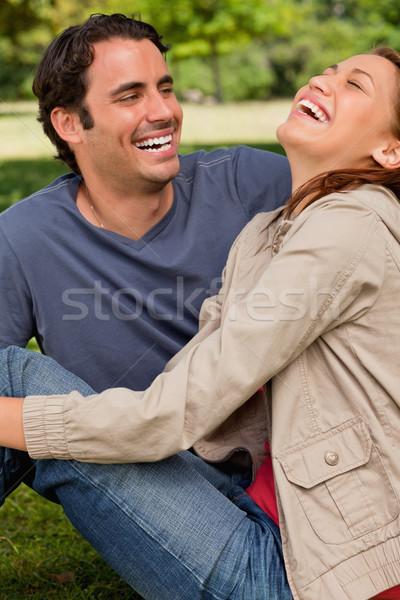 2 友達 笑い 座って その他 地上 ストックフォト © wavebreak_media