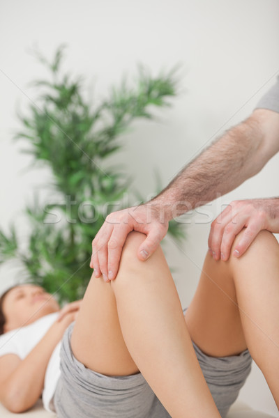 Paisible femme médicaux table chambre mains Photo stock © wavebreak_media