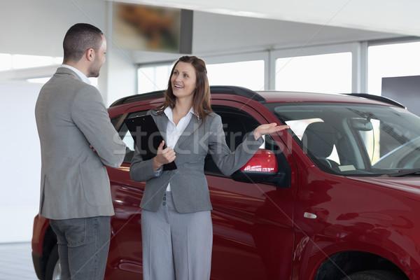Zakenvrouw tonen auto cliënt handel vrouw Stockfoto © wavebreak_media