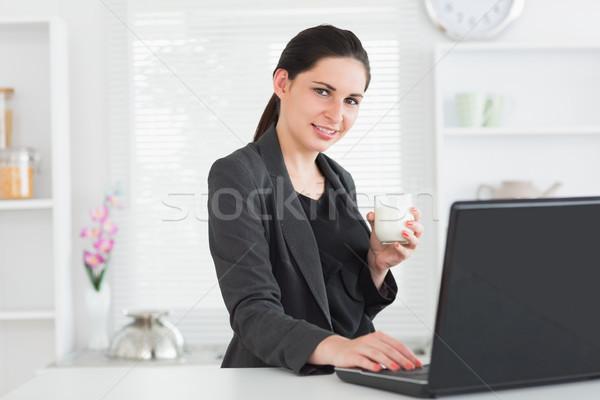 Foto stock: Sorrindo · laptop · vidro · leite · quarto · computador