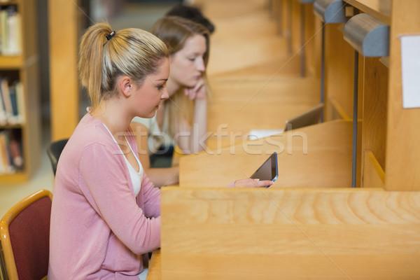 Kobieta badania kolegium biblioteki komputera Zdjęcia stock © wavebreak_media