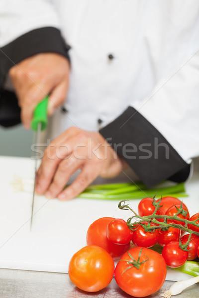 Szakács tapsolás újhagyma pult paradicsomok étel Stock fotó © wavebreak_media