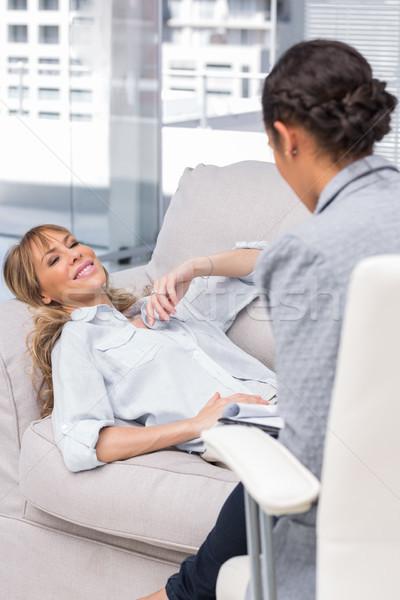 Sorrindo sofá terapeuta feliz falante feminino Foto stock © wavebreak_media