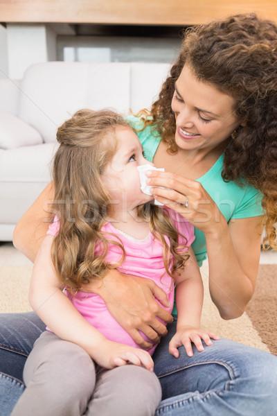 Madre ayudar pequeño hija soplar nariz Foto stock © wavebreak_media