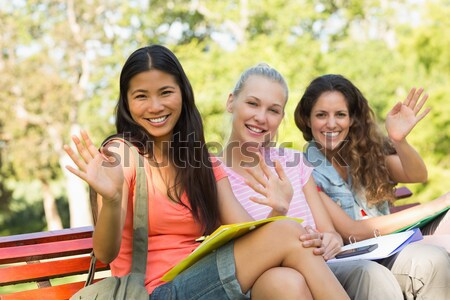 Szczęśliwy kobiet kolegium znajomych posiedzenia kampus Zdjęcia stock © wavebreak_media