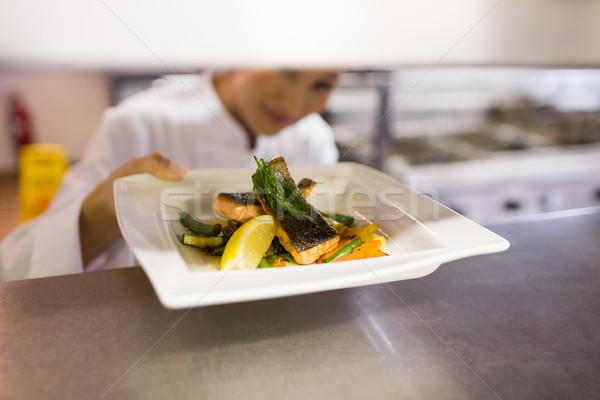 Női szakács főtt étel konyha közelkép Stock fotó © wavebreak_media