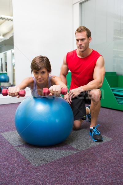 Entrenador personal cliente pesas ejercicio pelota Foto stock © wavebreak_media
