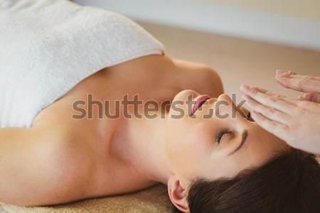 Aantrekkelijke vrouw schouder massage spa centrum zijaanzicht Stockfoto © wavebreak_media