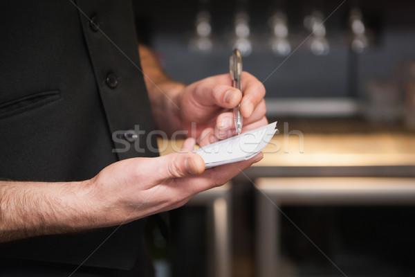 Pincér elvesz rendelés jegyzettömb bár dolgozik Stock fotó © wavebreak_media