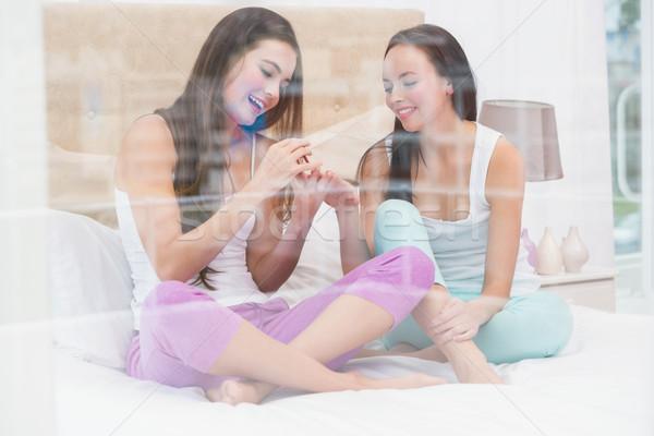 Mooie brunette schilderij vrienden nagels home Stockfoto © wavebreak_media