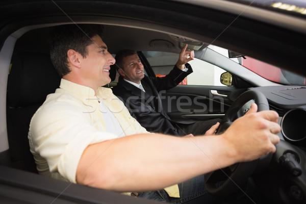 Homem indicação carro interior sala de exposição Foto stock © wavebreak_media