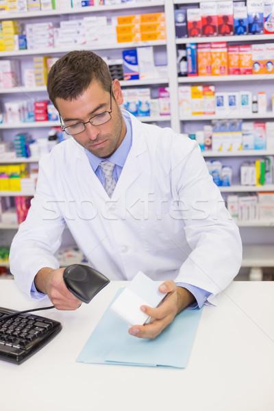 Farmaceuta patrząc kamery szpitala apteki komputera Zdjęcia stock © wavebreak_media