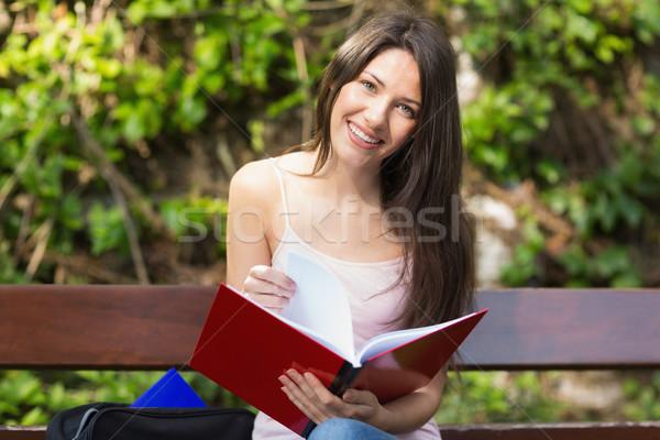 Mooie student studeren buiten campus universiteit Stockfoto © wavebreak_media