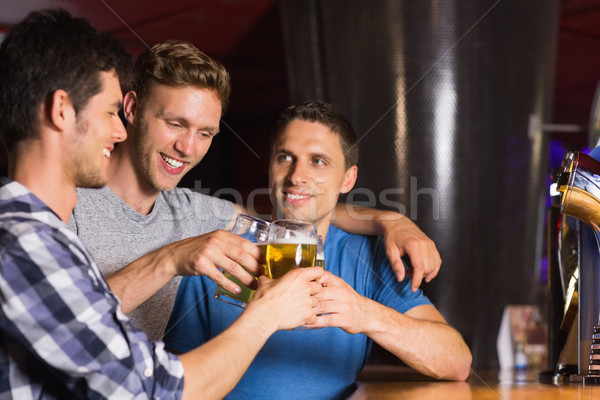 Heureux amis up alcool pub souriant Photo stock © wavebreak_media