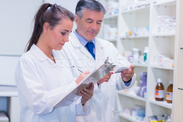 Farmaceuta patrząc lek recepta apteki medycznych Zdjęcia stock © wavebreak_media